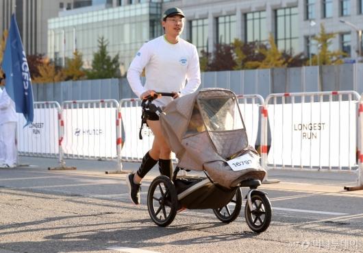 [사진]'2019 아이오닉 롱기스트런' 아이와 함께 힘찬 마라톤