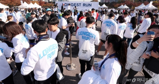 [사진]참가자들로 북적이는 '롱기스트런' 마라톤 대회