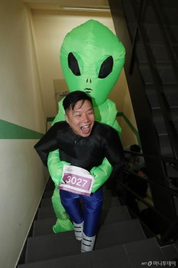 [사진]외계인과 함께 계단오르기