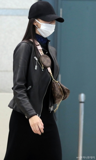[사진]미나 '모자와 마스크로 가려진 미모'