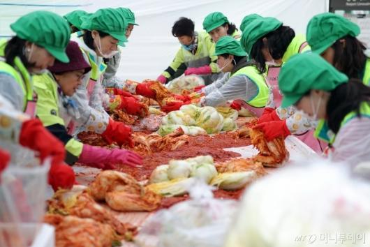 [사진]김장 담그는 하나금융그룹 임직원들