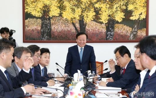 [사진]예산안조정소위 주재하는 김재원