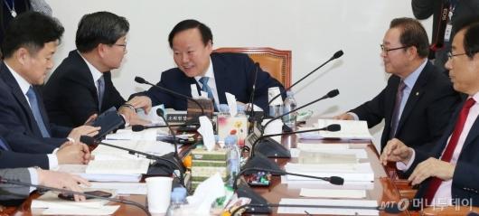 [사진]대화 속 예산안조정소위