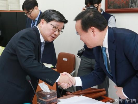 [사진]악수 나누는 김재원-전해철