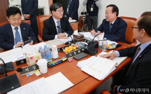 [사진]간사들과 의견 나누는 김재원 위원장