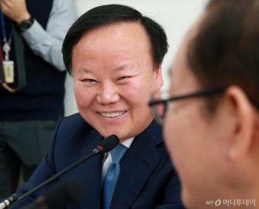 [사진]미소 짓는 김재원