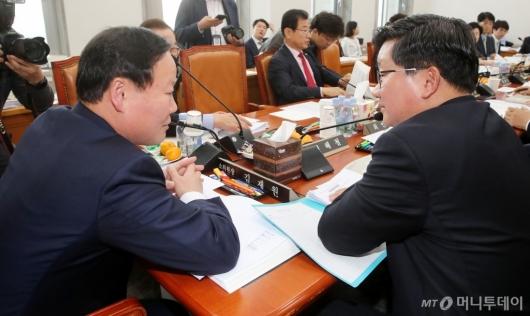 [사진]의견 나누는 김재원-전해철