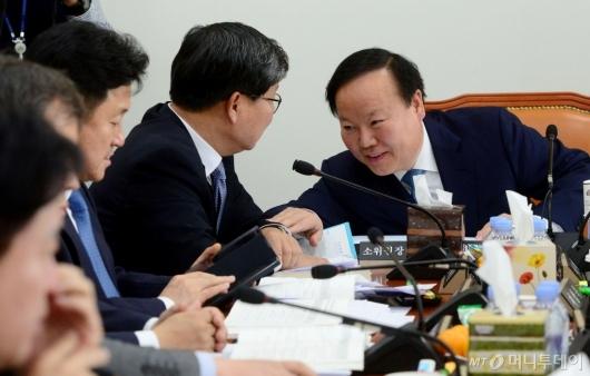 [사진]전해철과 의견 나누는 김재원