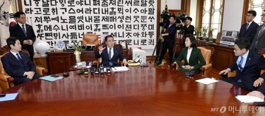 [사진]문희상 의장, 여야3당 원내대표와 대화