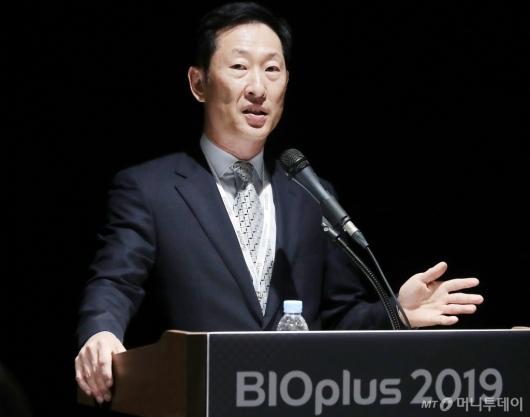 [사진]취재진 질의에 답하는 고한승 대표이사
