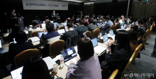 [사진]취재진 만난 고한승 삼성바이오에피스 대표