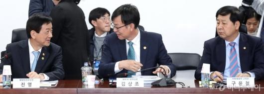 [사진]이야기 나누는 진영-김상조