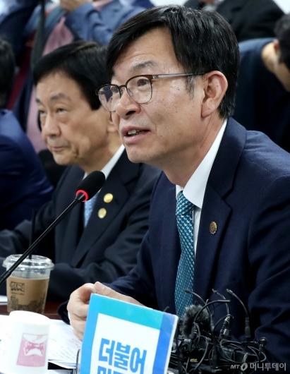[사진]민생경제 관련 발언하는 김상조