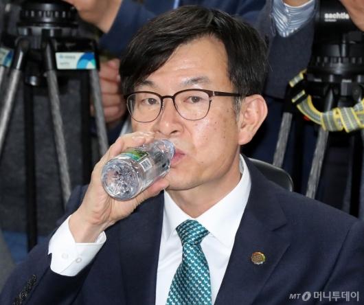 [사진]물 마시는 김상조 정책실장