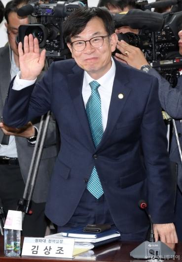 [사진]인사하는 김상조 정책실장