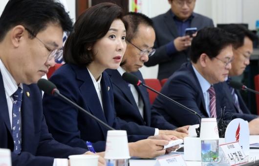 [사진]한국당 원내대표-중진의원 회의