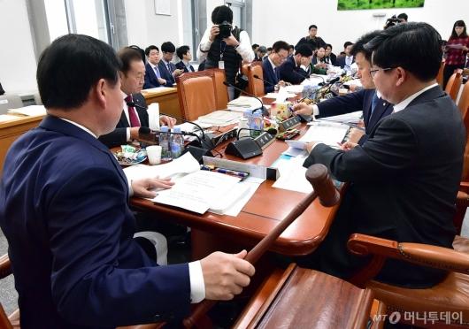 [사진]회의 주재하는 김재원