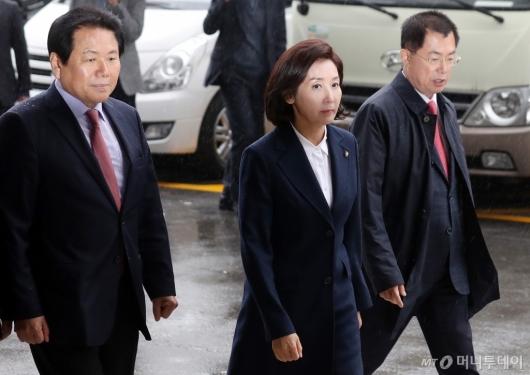 [사진]검찰 출석하는 나경원
