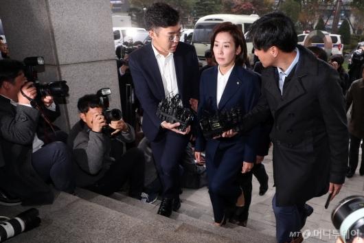 [사진]검찰 출석하는 나경원 원내대표
