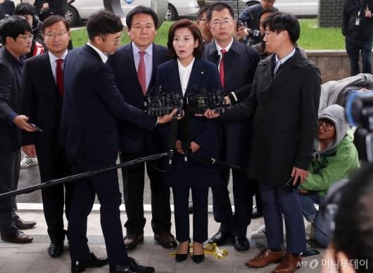 [사진]포토라인 선 나경원 원내대표