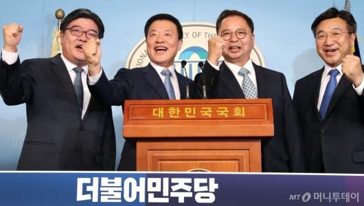 [사진]파이팅 외치는 민주당 입당 인사들