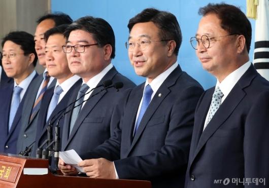 [사진]입당 인사들 소개하는 윤호중 총선기획단장