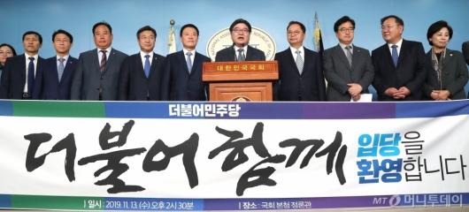 [사진]입당 기자회견 갖는 김용진