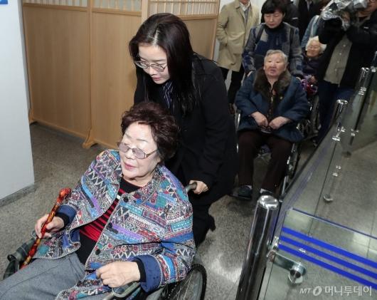 [사진]법정 향하는 위안부 피해자 이용수-길원옥 할머니