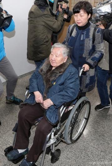 [사진]변론 위해 법정 향하는 길원옥 할머니