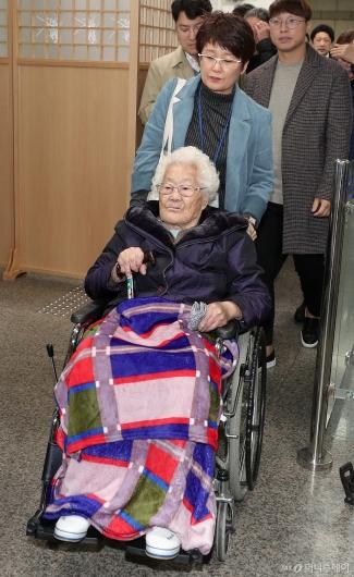 [사진]3년만에 게시된 일본상대 손배소 향하는 이옥선 할머니