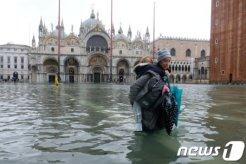 관광하러 왔다 극기훈련</br>'최악의 홍수' 베네치아