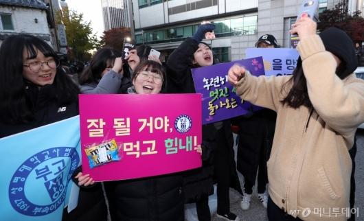 [사진]수능 응원하는 후배들
