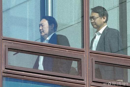 [사진]구내식당 이동하는 윤석열-강남일