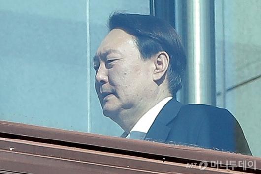[사진]점심 위해 이동하는 윤석열 총장