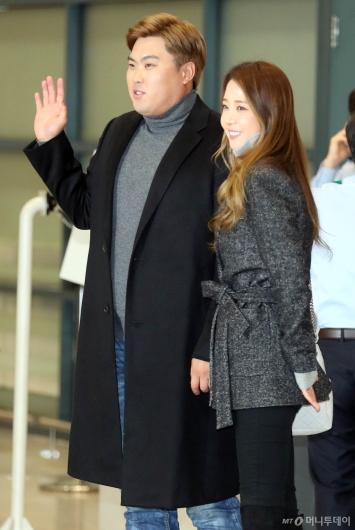 [사진]류현진-배지현 '새가족과 함께 입국'
