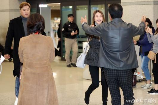 [사진]류현진-배지현 '부모님과 반가운 인사'