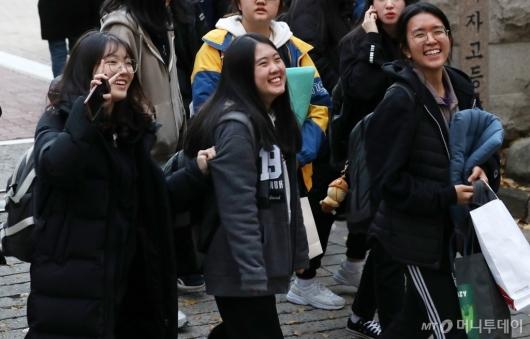 [사진]'수능 끝 미소 활짝'