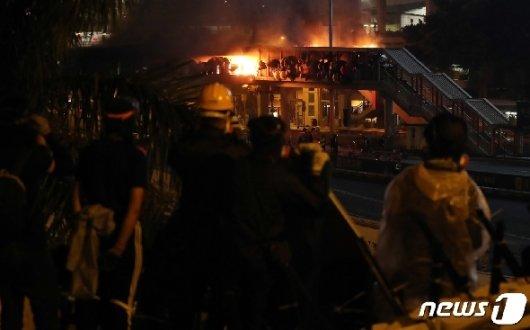 [사진] 화재현장 지켜보는 홍콩 학생들
