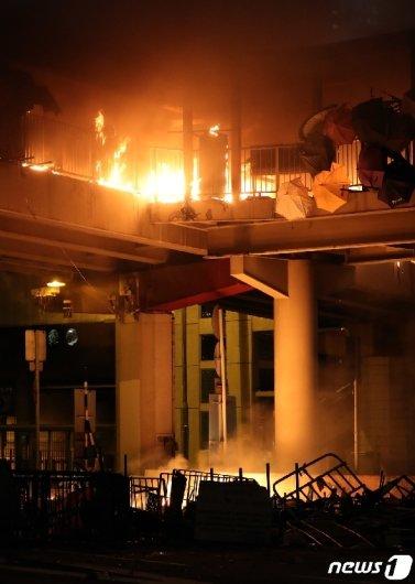 [사진] 이공대 인근 다리에 큰 불 '이유는'