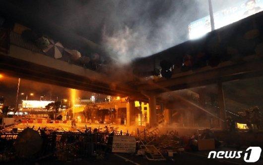 [사진] 이공대 인근 다리 화재 진압하는 소방대원