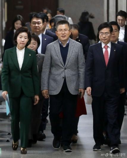[사진]최고위 참석하는 황교안-나경원