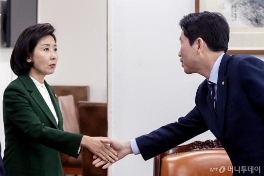 [사진]손잡는 이인영-나경원