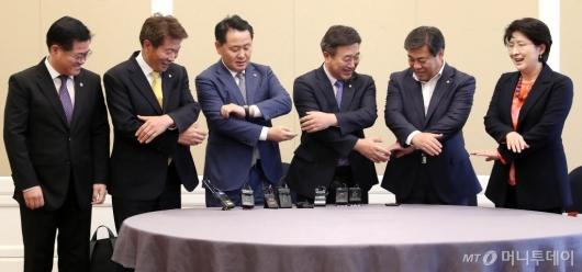 [사진]손잡는 정치협상회의