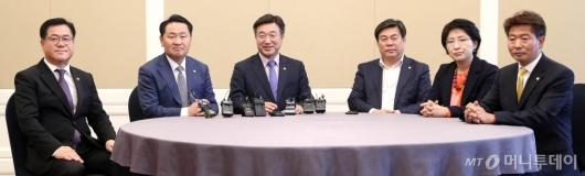 [사진]한자리에 모인 정치협상회의 실무자들