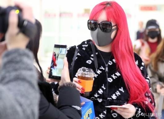 [사진]박봄 '팬들과 반가운 인사'