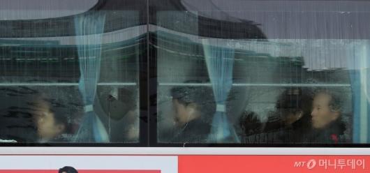 [사진]추위에 김 서린 버스