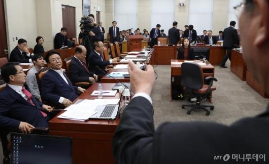 [사진]북한주민 강제북송 설전 벌이는 국방위