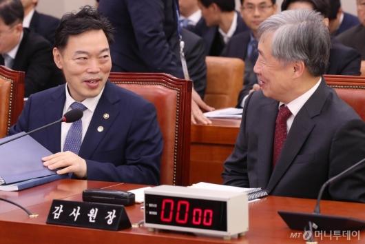 [사진]대화하는 김오수-최재형