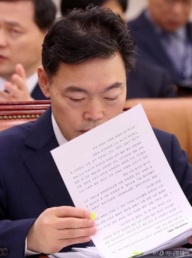 [사진]자료 살펴보는 김오수