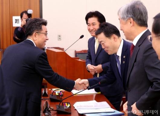 [사진]인사 나누는 이철희-김오수
